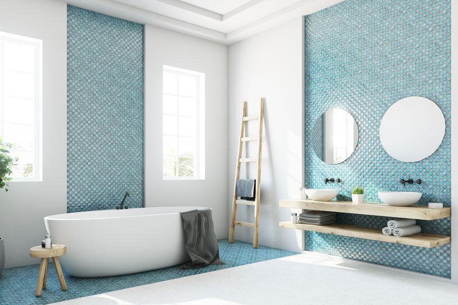 Schöne Mosaikverzierung im Badezimmer