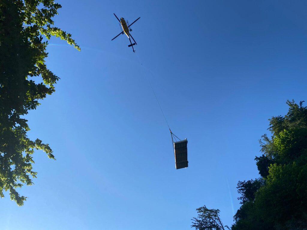 Transporter in der Luft per Helikopter